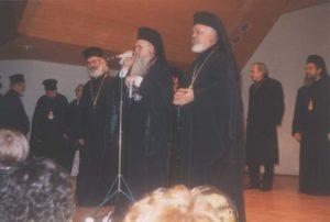 Ο Παναγιώτατος Οικουμενικός Πατριάρχης κ. Βαρθολομαίος ευλογεί τους πιστούς στην αίθουσα του Ενοριακού Κέντρου (24.10.1993)